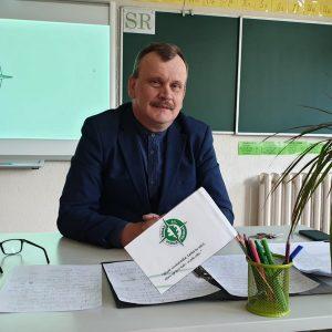 24.aprīlī  skolas facebook lapā skolas direktors Egīls Romanovskis sniedza atbildes uz vecāku uzdotajiem jautājumiem par attālināto mācību darbu